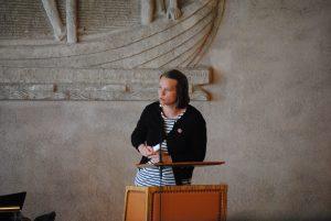 Tania Bengtsson i talarstolen