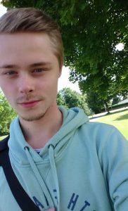Daniel Nilsson Brodén med träd och grönska i bakgrunden